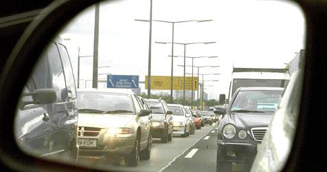 Unfall auf der A2 bei Mödling führt zu massiven Staus (Bild: APA/GUENTER R.ARTINGER)