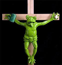Frosch am Kreuz h�ngt jetzt 3 Stockwerke h�her