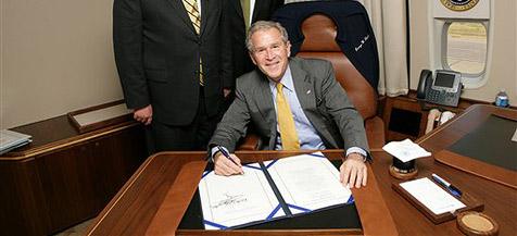 Bush unterzeichnet Hypothekenmarkt-Hilfspaket