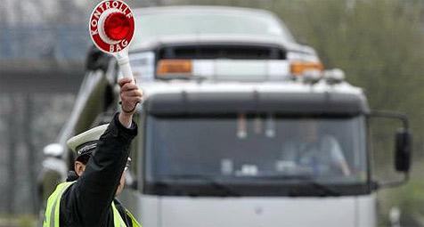 Lkw ohne Bremsen nach 100 Kilometern gestoppt (Bild: dpa/dpaweb/dpa/A3512 Roland Weihrauch)