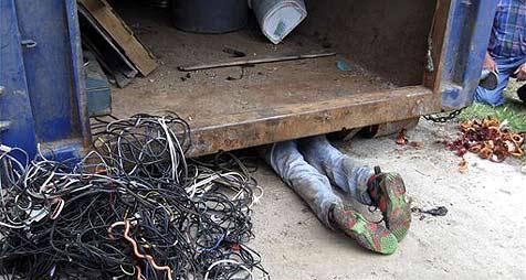US-Dieb bleibt unter Müllcontainer stecken