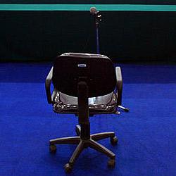 An Sessel geschnüffelt: Politiker tritt zurück