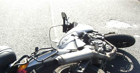Biker bei Unfall in Thalgau über Auto geschleudert