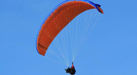 Paragleiter überlebt 200-Meter-Absturz mit Prellungen (Bild: hideaway/flickr.com)