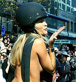 Pornostars ziehen nackt durch Auckland