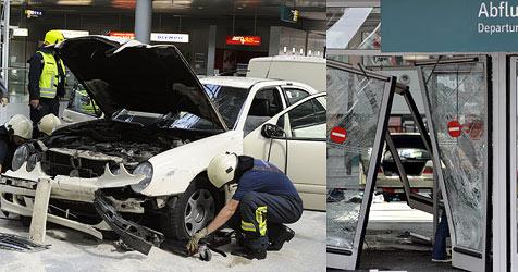 Taxifahrer rast in Düsseldorfer Abflughalle (Bild: dpa)
