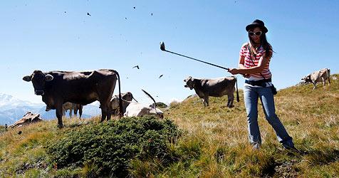 Schweizer spielen Golf mit Kuhfladen