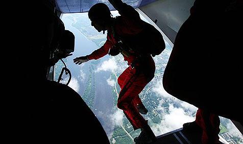 Fallschirmspringer überlebt 1.400-Meter-Absturz