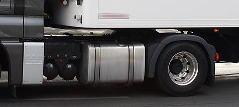 Lkw passt nicht durchs Viadukt - Verkehr lahmgelegt (Bild: Clemens Groh)