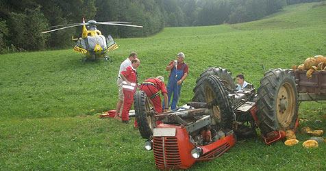 Traktor stürzt samt Fahrer Böschung hinunter (Bild: ÖAMTC)