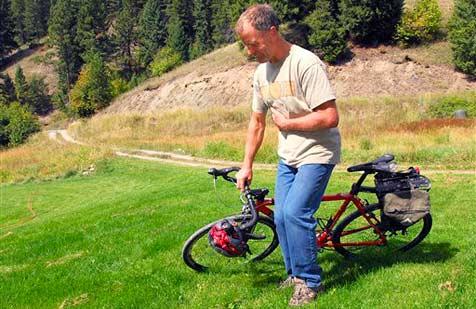 Radelnder Physiklehrer kracht mit 40 km/h in Bär