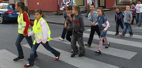 Reflektierende Regenmäntel schützen Schüler (Bild: Christof Birbaumer)