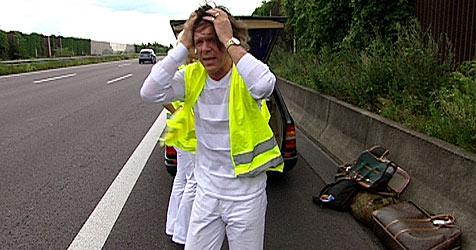 Drews verliert auf der Autobahn Hinterreifen (Bild: VOX)