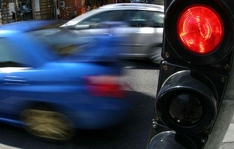 Ohne Führerschein bei Rot über Ampel (Bild: APA/HELMUT FOHRINGER)