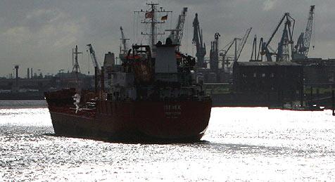Schiffsbesatzung schläft während Fahrt (Bild: dpa/A3390 Kay Nietfeld)