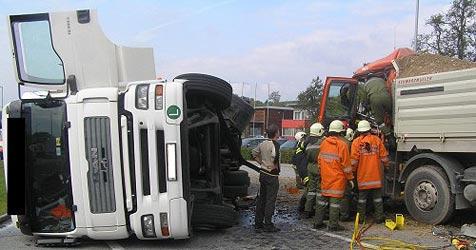 Lenker im Führerhaus eingeklemmt (Bild: FF Perg)