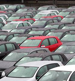 Betrunkener kracht bei Autohändler in den Parkplatz
