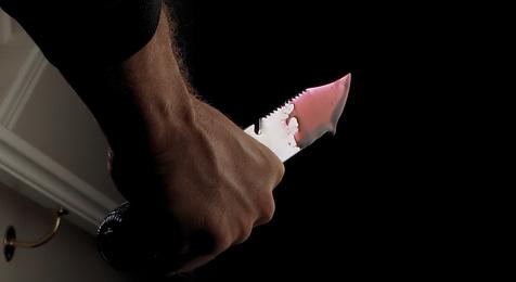 Unbekannter rammt Bursch Messer in den Bauch