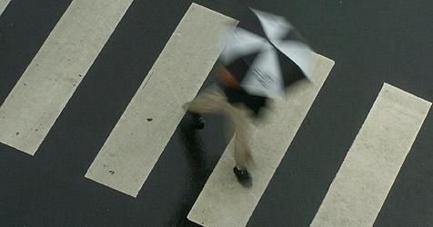 Fußgängerin (43) auf Schutzweg von Pkw erfasst (Bild: APA/Boris Roessler)