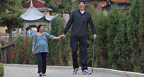 Der größte Mann der Welt ist Vater geworden (Bild: EPA)