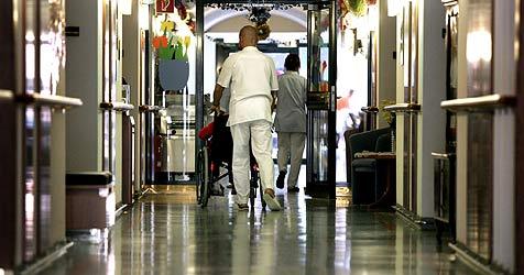 Pflegehelfer sind gefragt - Chance für Arbeitslose (Bild: APA/Harald Schneider)