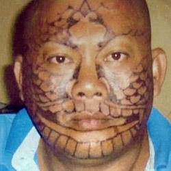 Für falsches Jobangebot Gesicht tätowiert (Bild: AFP)