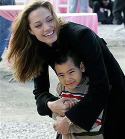 Angelina kaufte ihrem Sohn ein Messer