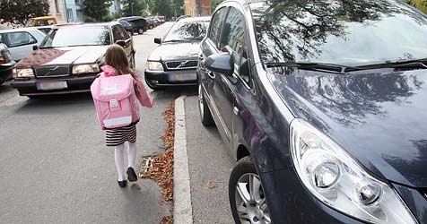 """""""Krone""""-Aktion für einen sicheren Schulweg (Bild: Uta Rojsek-Wiedergut)"""