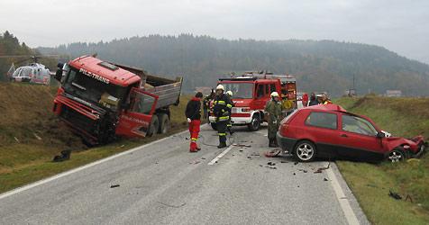 Frontal mit Lkw kollidiert: Pkw-Lenker (21) tot! (Bild: Airmed1)