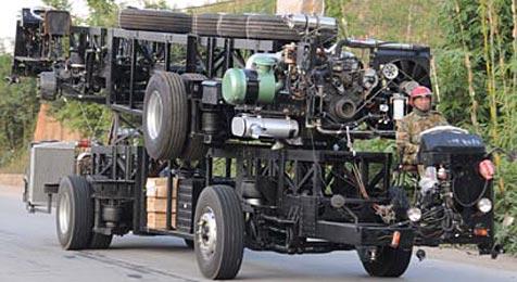 Mann mit Lkw-Chassis ohne Aufbauten unterwegs