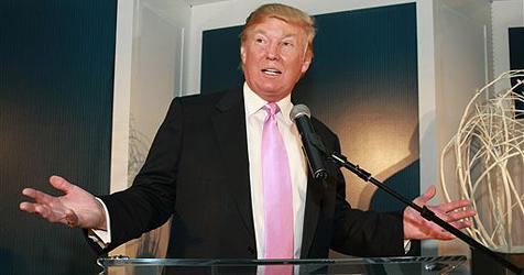 Trump drückt Angestellten Hunderter in die Hand