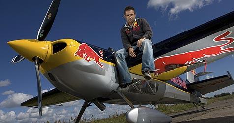 Steige mit Air-Race-Champion Hannes Arch in den Himmel (Bild: Lukas Nazdraczew/Red Bull Photofiles)