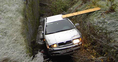 Auto landet nach Unfall im Katzbach