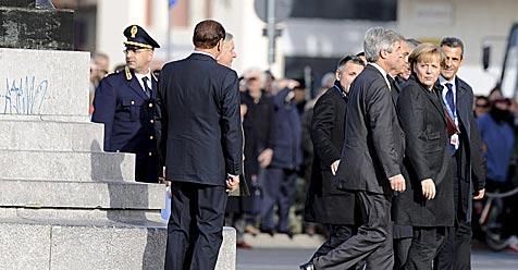 Berlusconi spielt mit Merkel Verstecken