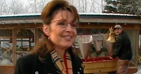 Palin plaudert, hinter ihr sterben Truthähne