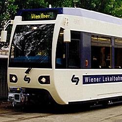 Auto kracht gegen Badner Bahn (Bild: APA/Bombardier)