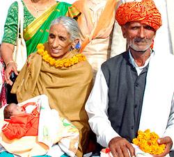 Inderin wurde mit 70 zum ersten Mal Mutter (Bild: AFP)