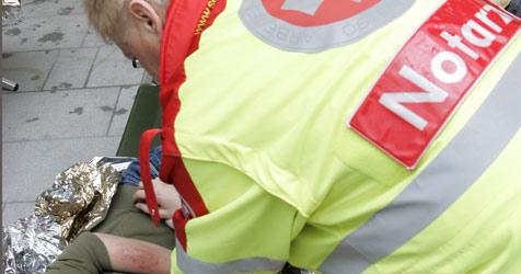 Laster durchstößt bei Glatteis-Unfall Gartenmauer (Bild: Klemens Groh)