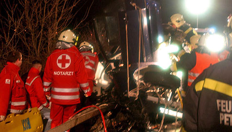 Frontalkollision fordert vier Tote (Bild: APA/www.stamberg.at/Stamberg Helmut)