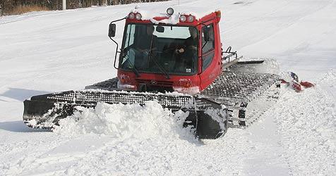 Skilehrer prallt gegen Schneeschild von Pistenraupe (Bild: Peter Tomschi)