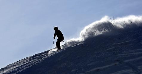 Skifahrer schlägt mit Kopf am Boden auf - bewusstlos (Bild: dpa/A3542 Karl-Josef Hildenbrand)