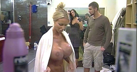 Porno-Star kommt im Container nicht gut an (Bild: RTL 2)