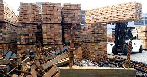 Zimmerer unter 30 Holzbrettern begraben (Bild: dpa/Uwe Zucchi)