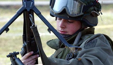 FPÖ will mit Antrag im Landtag Frauen zu Waffen rufen (Bild: APA/BUNDESHEER/LIVIO SRODIC)