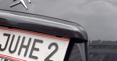 Wunschkennzeichen auf dem Abstellgleis (Bild: Peter Tomschi)