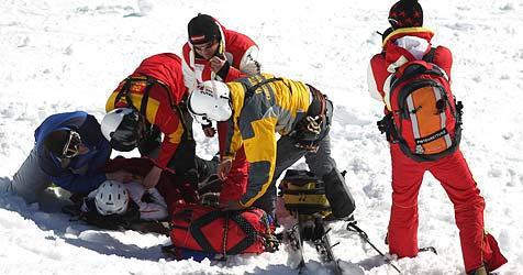 Gegen Geländer und gegen Baum gerast - Skifahrer verletzt (Bild: APA/Georg Hochmuth)