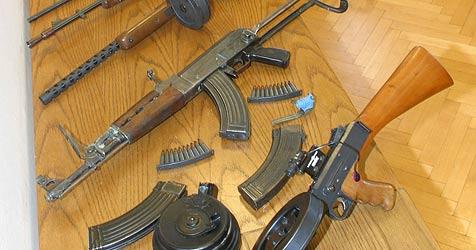 Kripo beschlagnahmt zwei Lkw voller Waffen (Bild: Chris Koller)