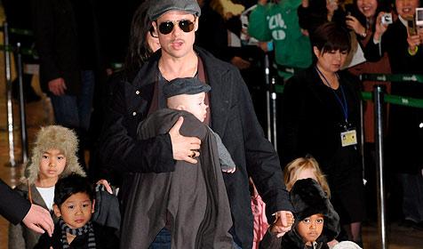 Pitt und Jolie mit allen sechs Kindern in Japan