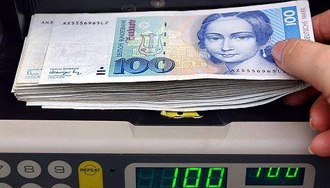Hauskäufer entdeckt 305.000 D-Mark hinter Ofen (Bild: dpa/dpaweb/dpa/Patrick Pleul)