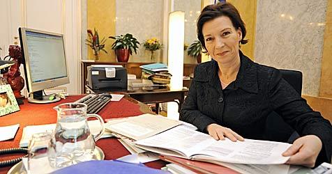 Ministerin verspricht mehr Polizeibeamte (Bild: APA/Herbert Neubauer)